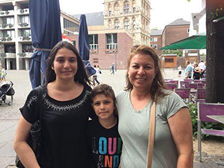 美国17岁女孩Veronica Casarez-Alaimo(左)和母亲(右)都签名反对活摘器官。(文婧/大纪元)