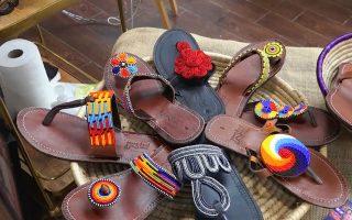 从东非引进的手工串珠凉鞋。 (庄翊晨/大纪元)