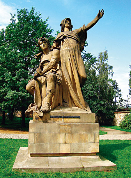 高堡區的聖彼得與聖保羅大教堂旁有李布謝女王和夫婿普列彌修的雕像。(《捷克經典》/柿子文化)