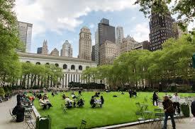 紧挨着图书馆的就是布莱恩公园(Bryant Park)。它曾经和麦迪逊广场公园一起被选为纽约最佳公园。