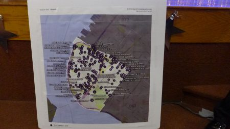 市警68分局局长何怀特展示缉查毒品刑警(NARC)2017年1月以来,在湾脊区与戴克高地抓捕毒贩的行动,看起来贩毒情况已遍布南布碌仑大街小巷,触目惊心。
