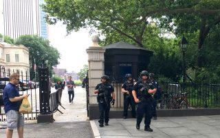 弗州亞歷山卓槍擊案發生後,紐約市政廳入口處出現荷槍實強的警察。 (于佩/大紀元)