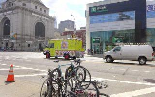 26日凌晨約6點45分,一輛出租車與自行車在堅尼路夾包厘街上相撞。 (蔡溶/大紀元)
