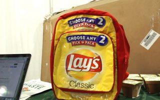 用薯片包裝製成的背包。 (韓瑞/大紀元)