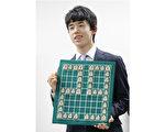藤井聰太在6月26日第30期龍王盃的比賽中擊敗對手,從而以29連勝成為當前日本將棋史最長連勝紀錄保持者。 (Photo credit should read STR/AFP/Getty Images)