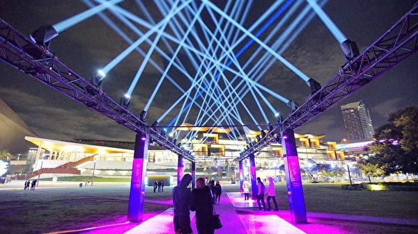 融合燈光師、作曲家、噴泉工程師和焰火設計師等合作設計出巨大噴泉水幕上,投影多樣燈光圖像。(周東/大紀元)