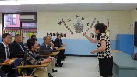校长王张令瑜向吴新兴介绍侨校首期完成的改进工作及对未来前景的规划。