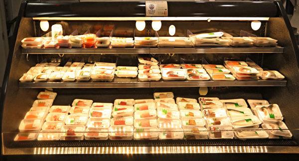"""""""片桐""""超市内的鲜鱼片专柜。(张学慧/大纪元)"""
