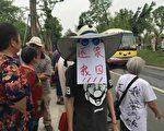 連續多日,四川成都市成華區青龍街道白蓮池街道一里、回龍、獅子三個村莊近千失地村民舉橫幅抗議。(村民提供)