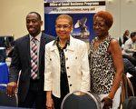 美国国会议员埃莉诺·诺顿(Eleanor Norton)(中)与小商业展会参展者合照。(石青云/大纪元)