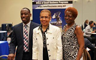 美國國會議員埃莉諾·諾頓(Eleanor Norton)(中)與小商業展會參展者合照。(石青雲/大紀元)