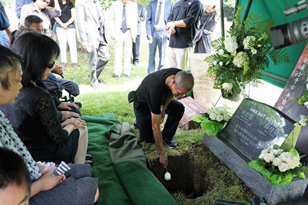 參加葬禮人士一一送花。(溫文清/大紀元)
