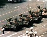 1989年6月4日,王维林只身挡坦克车。(大纪元资料图)