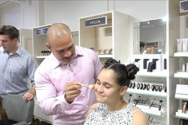 父亲节这天,让爸爸们尝试为女儿化妆。 (张谦/大纪元)