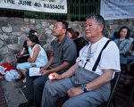 中国民主运动海外联席会议主席魏京生(右一)手持蜡烛,悼念为民主自由献身的人士。(石青云/大纪元)