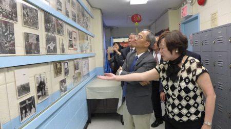 華僑學校校長王張令瑜向吳新興介紹僑校。