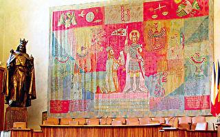 卡尔大学的大礼堂,墙面有卡尔国王跪拜在手持长矛的圣徒圣瓦茨拉夫旁的校徽挂毯,左方有卡尔四世的雕像。(《捷克经典》/柿子文化)