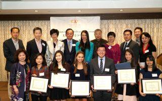 周燕霞(前排左一)、张提华(后排左一)、牛毓琳(后排左五)、王碚(后排左六)向2016论文比赛获奖者颁奖。 (周燕霞提供)