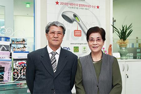 """被誉为""""韩国爱迪生""""的许圣烈先生和太太。(全景林/大纪元)"""
