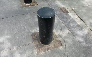 地柱在紐約多用來保護路邊機器設備。 (張謙/大紀元)