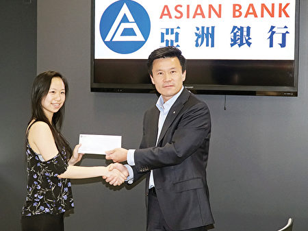亚洲银行总裁王怡康颁奖给麦晓琦。(肖捷/大纪元)