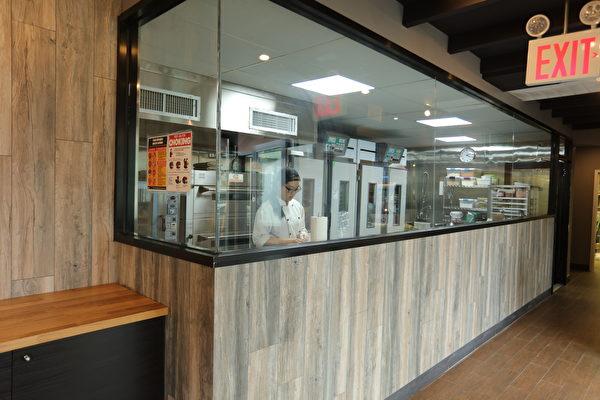 厨房有透明窗户,可观看制作过程。(张学慧/大纪元)