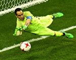 智利门将布拉沃在点球大战中,连续三次扑出点球,刷新了世界大赛历史。 (Laurence Griffiths/Getty Images)