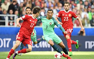 憑藉C羅(中)打進的唯一進球,葡萄牙1:0力克東道主俄羅斯。(KIRILL KUDRYAVTSEV/AFP/Getty Images)