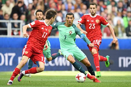 凭借C罗(中)打进的唯一进球,葡萄牙1:0力克东道主俄罗斯。(KIRILL KUDRYAVTSEV/AFP/Getty Images)
