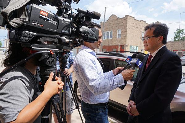 芝加哥医生郑金光向NBC第5台、WGN第9台描述他和章莹颖父亲的通话场景。(唐明镜/大纪元)