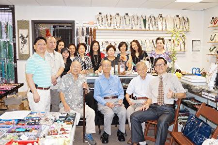 5月27日在自己的店里,冯启丰向休士顿客家会的朋友们介绍了宝石的能量及疗效。(易永琦/大纪元)