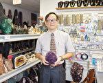 """冯启丰说:""""无论收藏,还是佩戴,宝石都是很好的一种投资。""""(易永琦/大纪元)"""