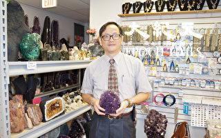 """馮啟豐說:""""無論收藏,還是佩戴,寶石都是很好的一種投資。""""(易永琦/大紀元)"""