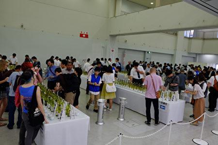 日本酒釀造組合中央會6月17日在東京池袋太陽城舉行了「日本酒公開品鑑會」和「日本酒品嚐會」,吸引了約6,600名日本酒愛好者。(野上浩史/大紀元)