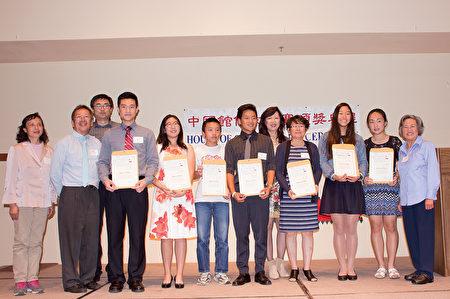 高级组获奖者和评委合影。右三为该组第一名何静雯。(杨婕/大纪元)