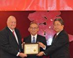 在高硕泰大使(中)的见证下,刘经岩处长(右)将感谢状颁给乔州共和党主席JohnPadgett(左)。(汉民/大纪元)