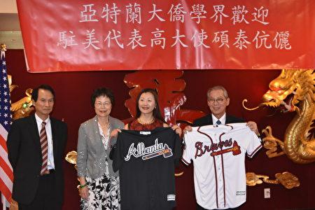 段台铨副处长(左)将勇士队球衣赠给高硕泰大使(右一)及夫人(右二)。(汉民/大纪元)
