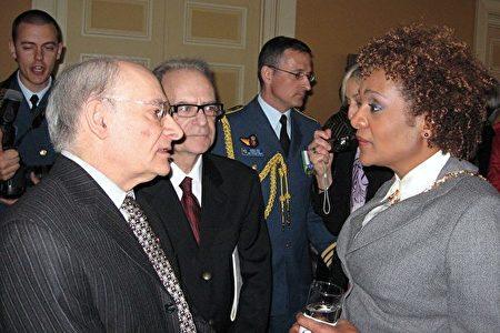 著名人權律師大衛‧麥塔斯先生2010年4月7日在渥太華獲颁「加拿大勳章」,加拿大總督莊美楷與麥塔斯交談。(大紀元資料)