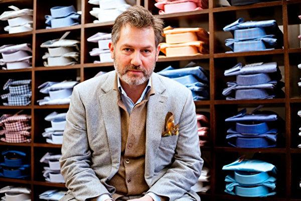 英国衬衫品牌EMMETT LONDON的创始人、衬衫设计师罗伯特·艾梅特(Robert Emmett)儿时的梦想就是制作衬衫,而且还要制出前人未做过的、给人带来轻松和欢悦的衬衫。 (Emmett 提供)