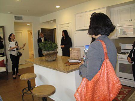经过10年的调整,洛县中间房价终于超过了10年前的高点,这是经济改善、低利率和房屋市场短缺的结果。图为南加尔湾(Irvine)房地产公司向媒体介绍其新屋。(刘菲/大纪元)