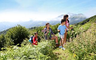 全家一起爬山是最佳親子活動。(Fotolia)