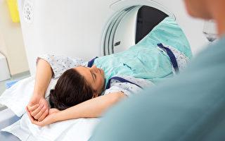 患者在检查室进行CT扫描。(Fotolia)