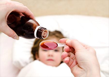 在中医看来,小孩一发烧就给退烧药,阻碍了孩子正常发育的过程。(Fotolia)