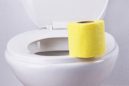 人们使用厕所的不良习惯,可能会让厕所成为细菌温床。(Fotolia)