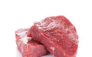 """人们在食用牛排等红肉时,可能会发现肉中有""""血水""""渗出,但那并非血液,而是肌红蛋白与水混合而成的液体。图为尚未烹煮的红肉。(Fotolia)"""