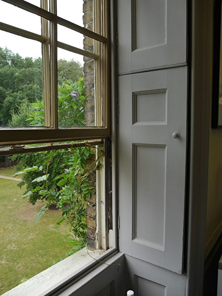 双挂窗比平开窗更好调节空气。(维基百科公共领域)