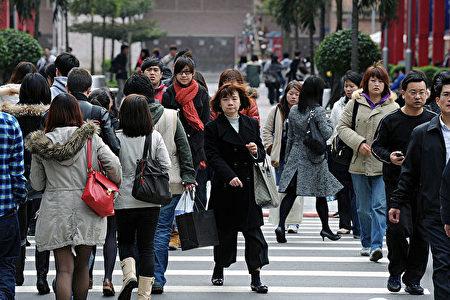 台北街头的民众。(SAM YEH/AFP/Getty Images)