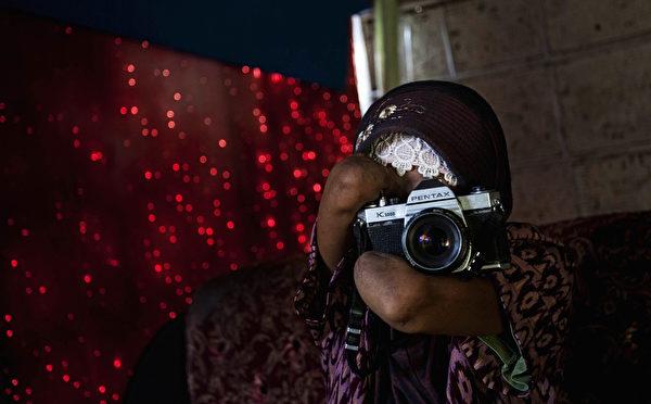 印尼无臂女摄影师Rusidah(右)资料照。(Ulet Ifansasti/Getty Images)