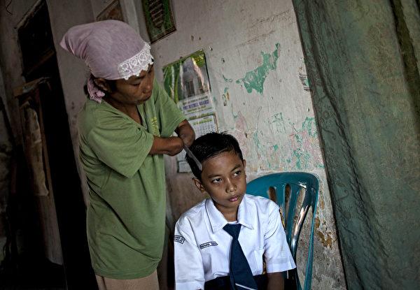印尼无臂女摄影师Rusidah(左)资料照。(Ulet Ifansasti/Getty Images)