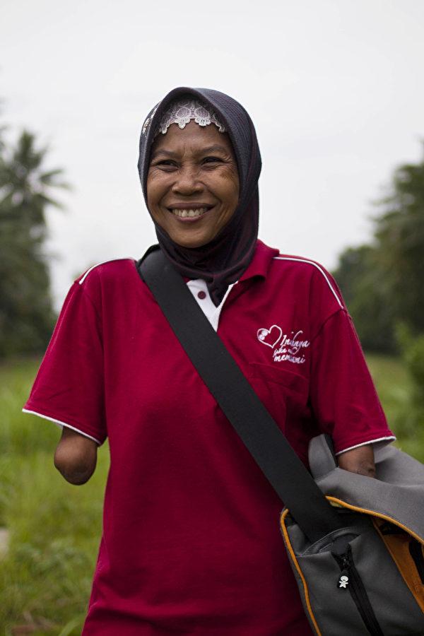 印尼无臂女摄影师Rusidah资料照。(Ulet Ifansasti/Getty Images)